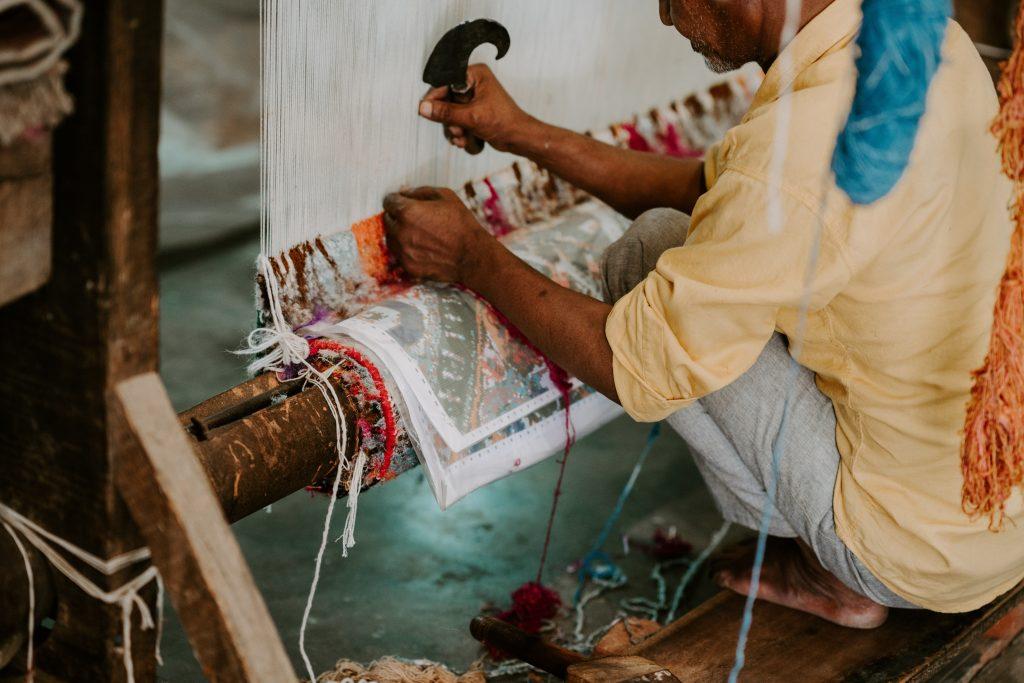 Artisan tissant la soie à Koh Dach